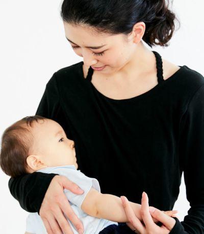 授乳写真:授乳口はサイドスリットタイプの授乳服