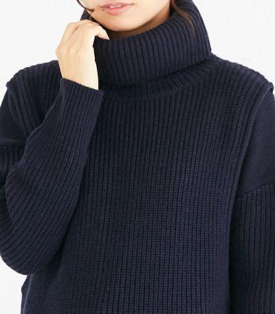 首をすっぽりと温かく包むタートルネックは程よく首回りに余裕を残すサイズ感。
