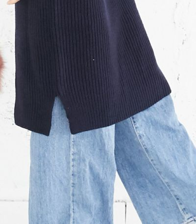 長め丈で暖かくサイドのスリットで足さばきも安心。
