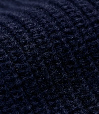ウール混合のニット素材。しっかりとあたたかいボリューム感のある素材。