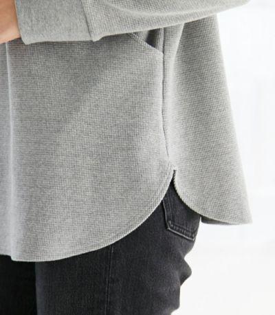 ドロップショルダー &ラウンド裾 細かいデティールで女性らしい柔らかさをプラスし、どなたでも着やすく仕上げました