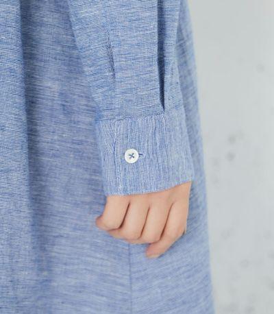 袖口のカフスはボタンを留めても、折り返してラフにも着られます