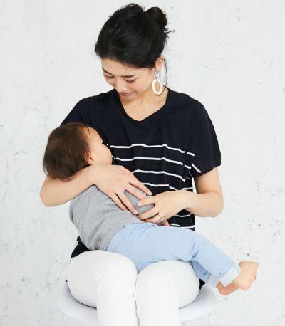 授乳写真:抱っこひもとも相性の良いサイドスリットタイプ。