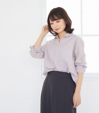 スキッパー開きのシャツ衿で顔回りすっきり。