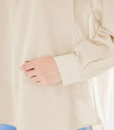 タックが入ったカフス付きの袖口はまくって 手首を出すとすっきりと着られます