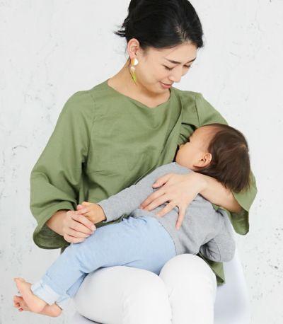 授乳写真:着物のように前を合わせたデザインの締め付けのないレイヤータイプ